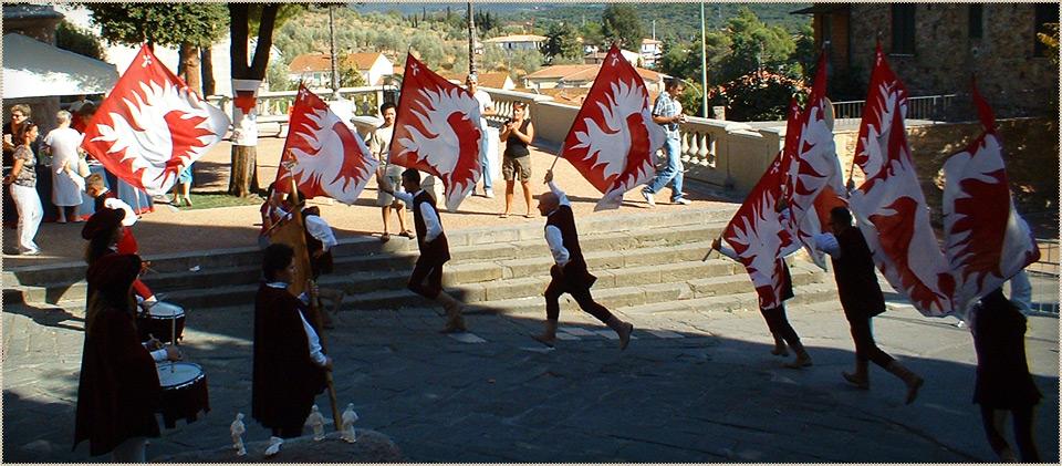 Sbandieratori nel borgo medievale di Suvereto